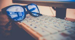 logo de facebook reflejado en unas gafas