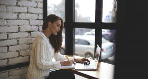 Una chica utilizando el CRM para su empresa